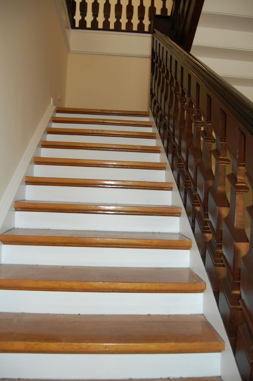 Holztreppe lackiert
